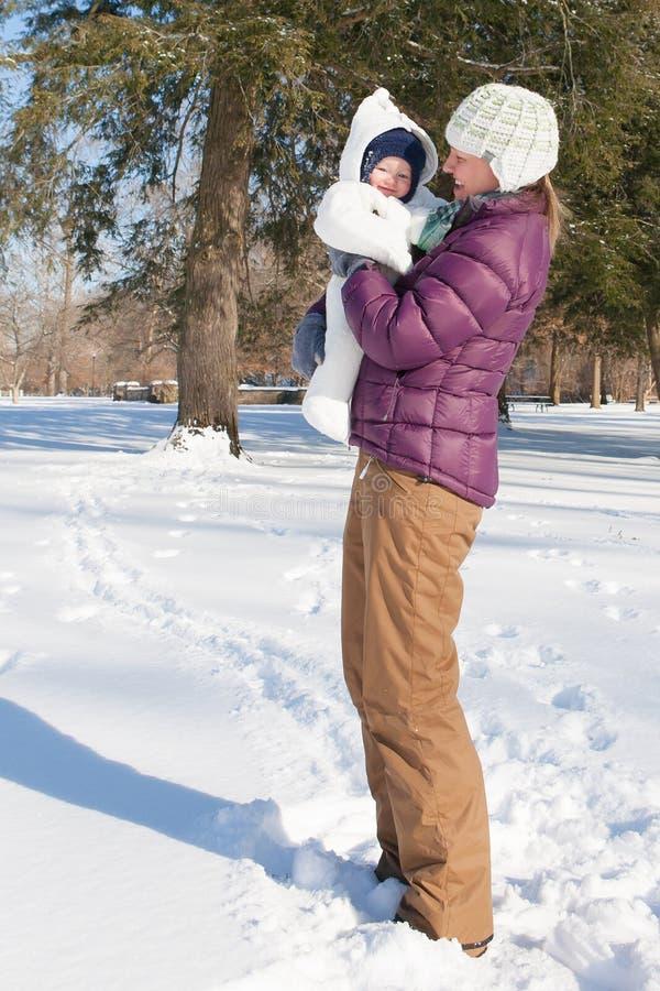 Dia da neve: Divertimento com mamã fotos de stock