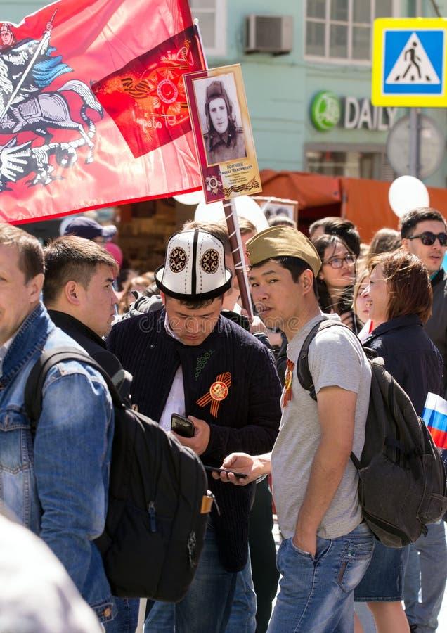 Dia da vitória em Moscovo Regimento imortal na rua de Moscou março dos milhares para recordar o rel da guerra mundial 2 foto de stock