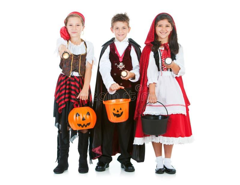 Dia das Bruxas: Crianças que usam lanternas elétricas em Dia das Bruxas imagens de stock royalty free