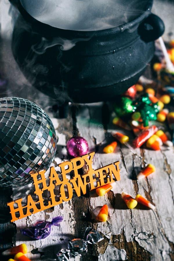 Dia das Bruxas: Dia das Bruxas feliz com bola do disco e poção mágica foto de stock