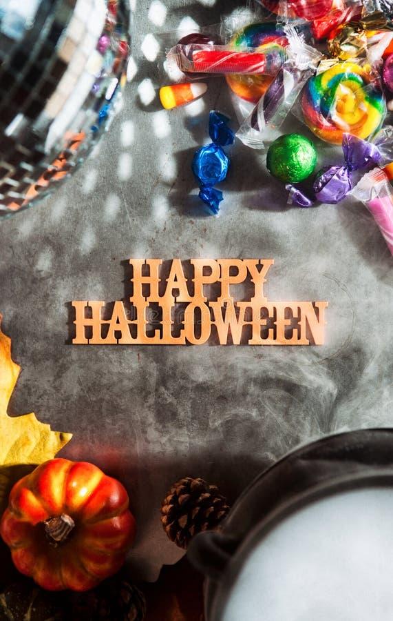 Dia das Bruxas: Dia das Bruxas feliz e Autumn Leaves imagens de stock royalty free