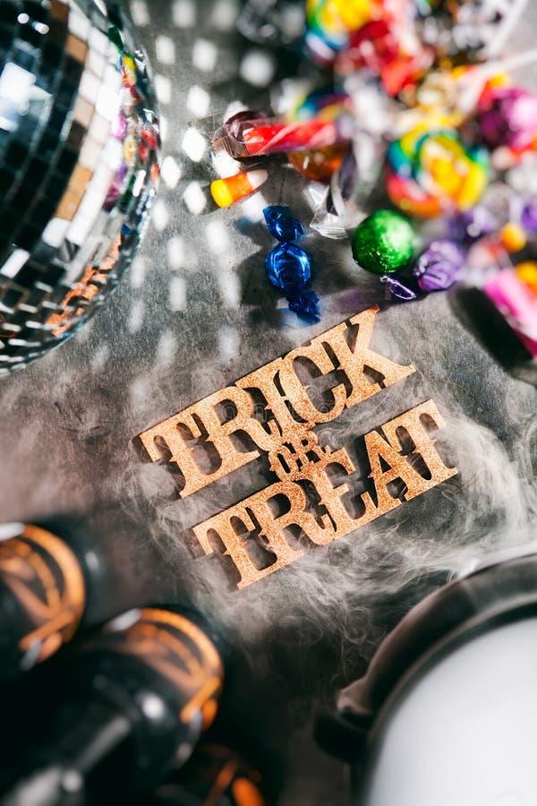 Dia das Bruxas: Doçura ou travessura para o divertimento da festa natalícia imagens de stock
