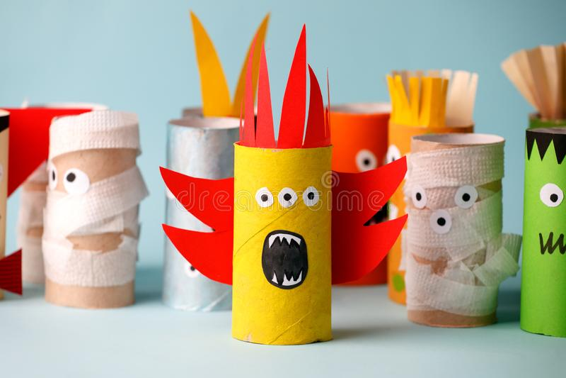 Dia das Bruxas e conceito da decoração - monstro da ideia criativa diy simples do tubo do papel higiênico a reutilização Eco-amig imagens de stock royalty free