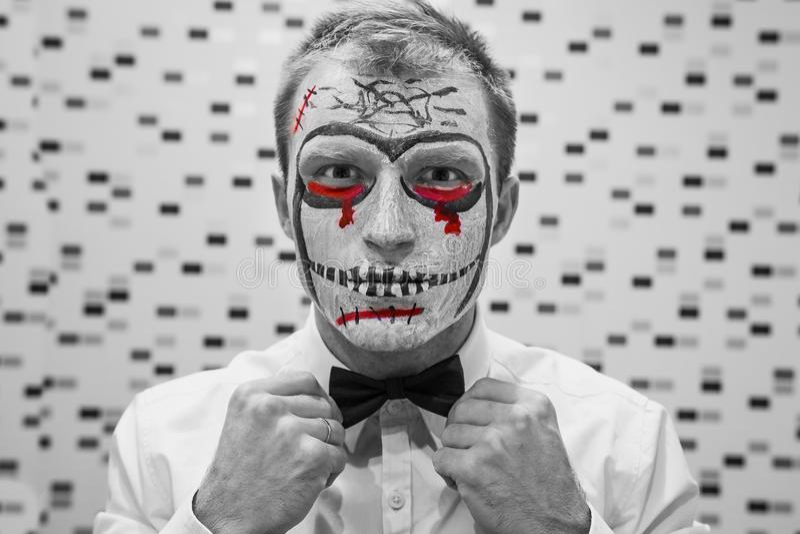 Dia das Bruxas enfrenta a arte Retrato do homem no partido do Dia das Bruxas Um indivíduo novo veste-se acima para Dia das Bruxas foto de stock