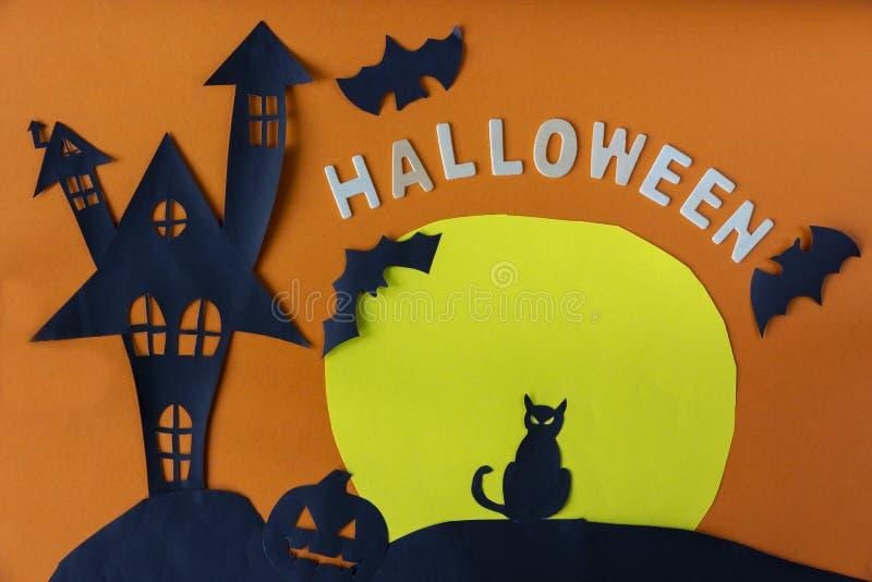 Dia das Bruxas feliz com o castelo da casa e gato preto e lua assombrados imagens de stock