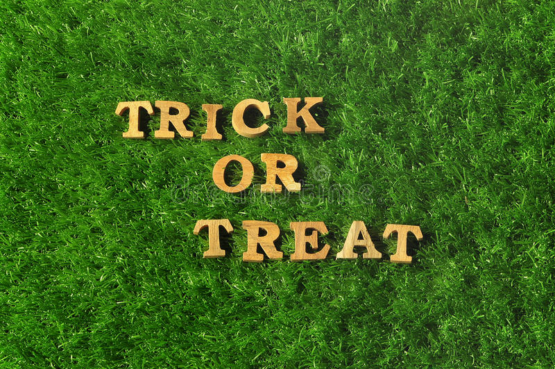 Dia das Bruxas feliz, doçura ou travessura no fundo da grama, conceito da natureza imagem de stock