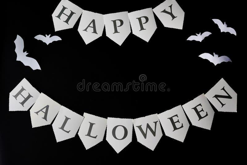 Dia das Bruxas feliz escrito no fundo preto com bastões, espaço da cópia imagens de stock