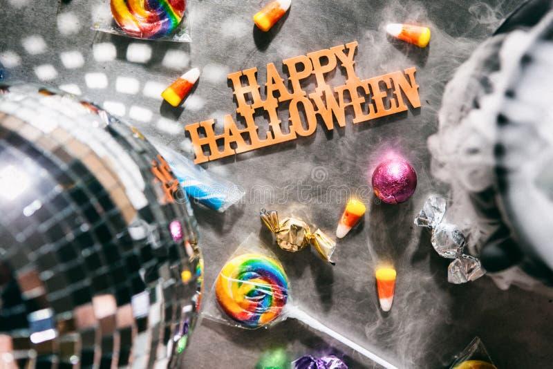 Dia das Bruxas: Mensagem feliz de Dia das Bruxas com deleites e divertimento fotografia de stock
