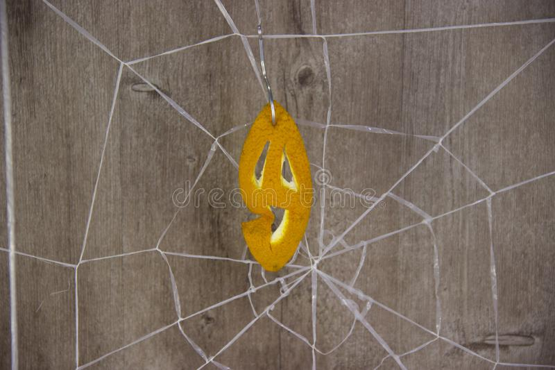 Dia das Bruxas no fundo de madeira com teias de aranha fotografia de stock