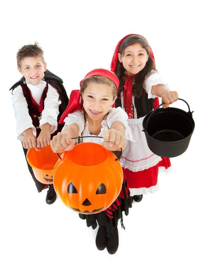 Dia das Bruxas: Truque ou tratamento das crianças imagens de stock