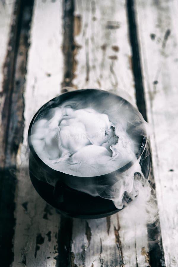 Dia das Bruxas: Witch& x27; caldeirão de s enchido com a poção mágica em Weathe imagens de stock