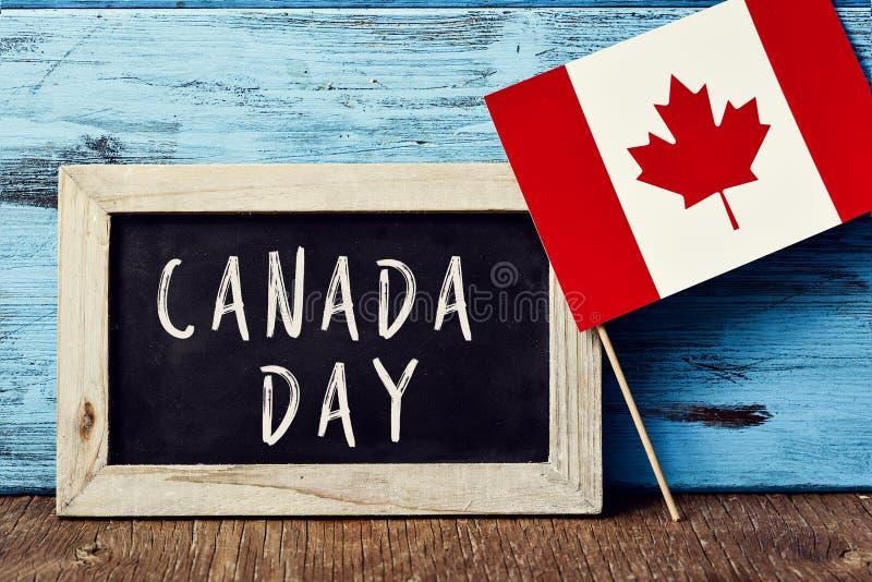 Dia de Canadá do texto e bandeira de Canadá fotografia de stock