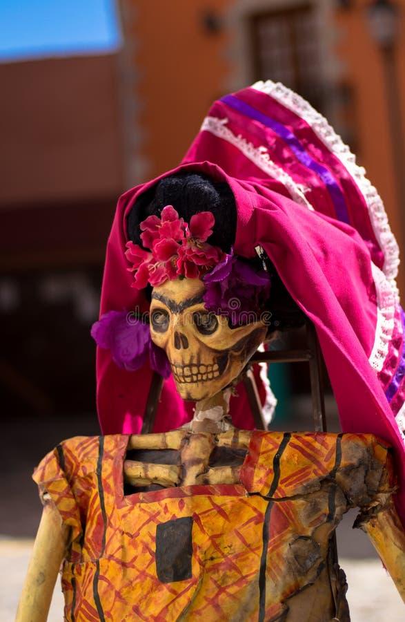 Dia de esqueleto do cartão tradicional dos mortos foto de stock royalty free
