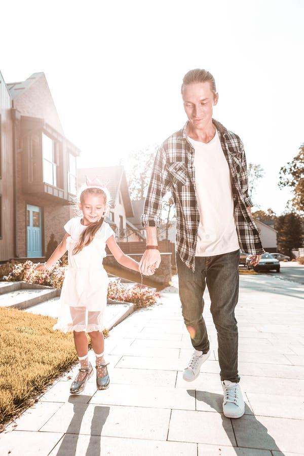 Dia de gasto feliz do pai considerável e do sentimento bonito da menina junto imagens de stock royalty free