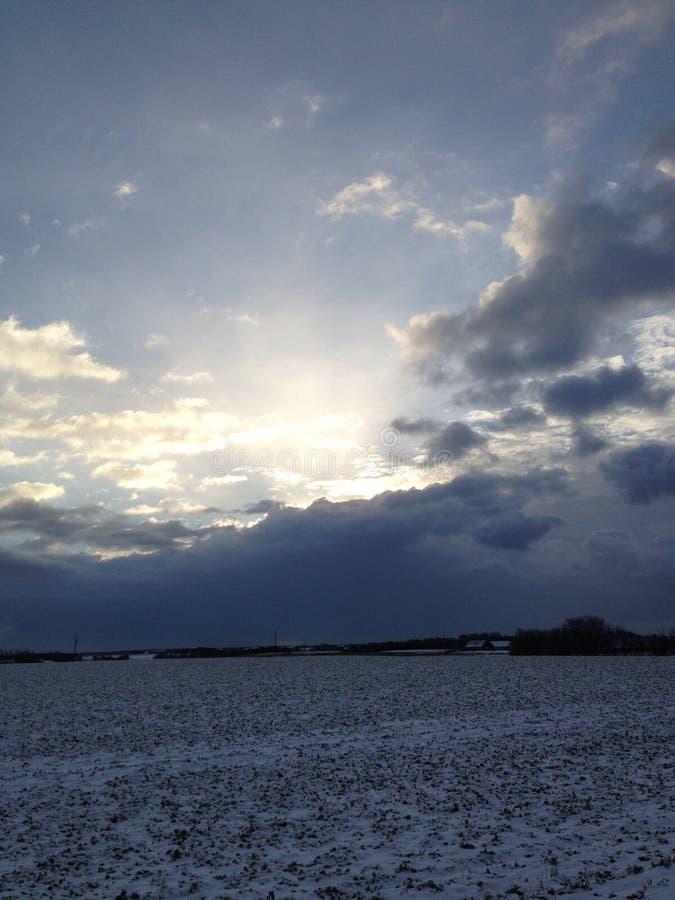Dia de inverno ensolarado nebuloso foto de stock royalty free