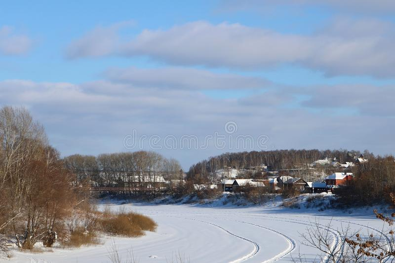 Dia de inverno na cidade pequena foto de stock
