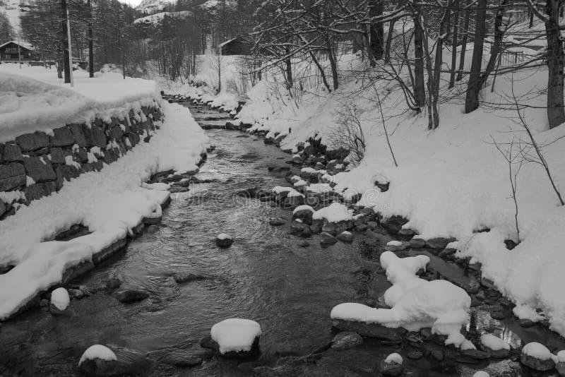 Dia de inverno nas montanhas imagens de stock