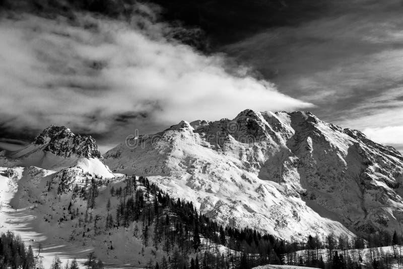 Dia de inverno nos cumes italianos fotos de stock