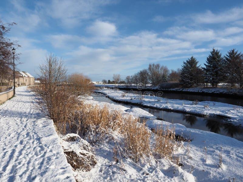 Dia de invernos ensolarado no rio Nairn fotografia de stock
