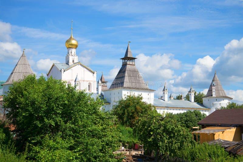 Dia de julho na cidade velha O Kremlin de Rostov Veliky, anel dourado de Rússia imagens de stock royalty free