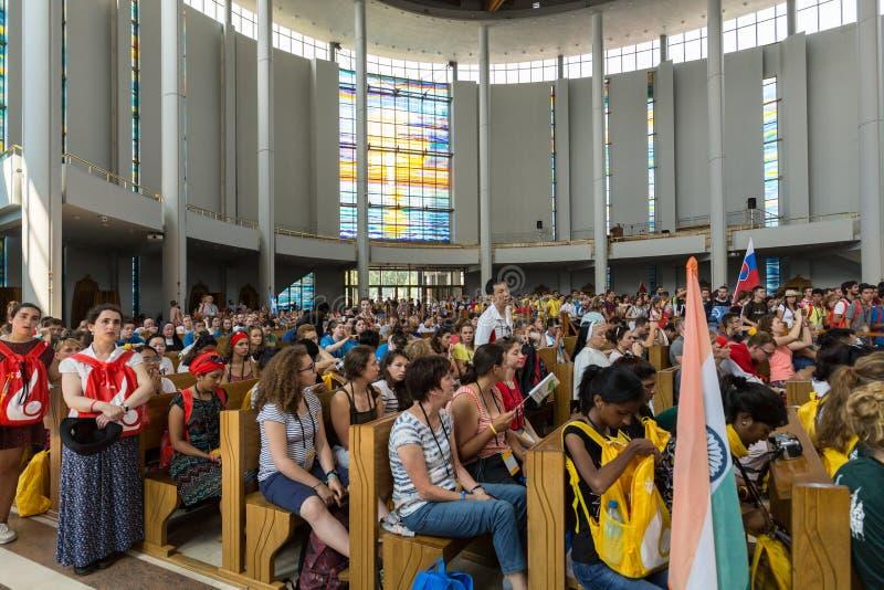 Dia de juventude de mundo 2016 - multidão de peregrinos dentro do santuário da mercê divina em Lagiewniki imagens de stock royalty free