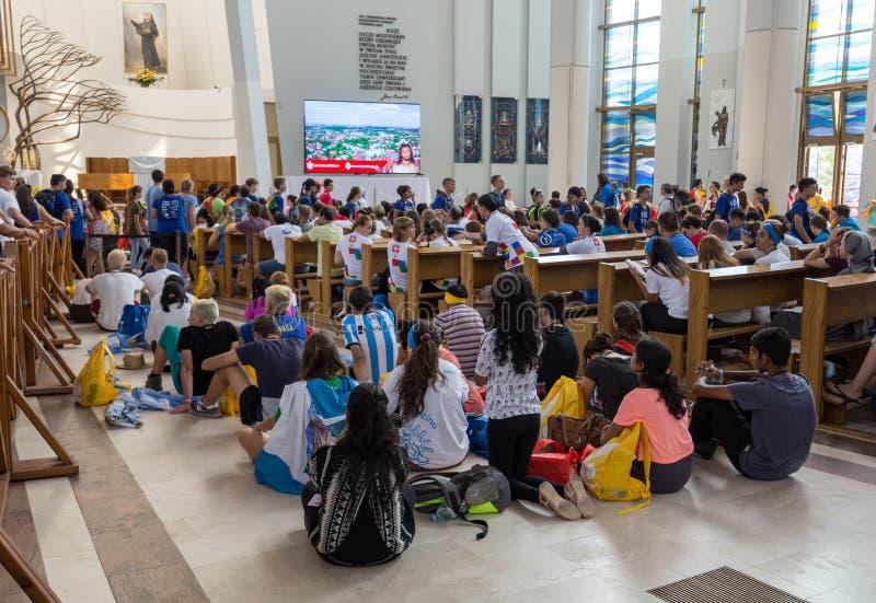 Dia de juventude de mundo 2016 - multidão de peregrinos dentro do santuário da mercê divina em Lagiewniki imagem de stock