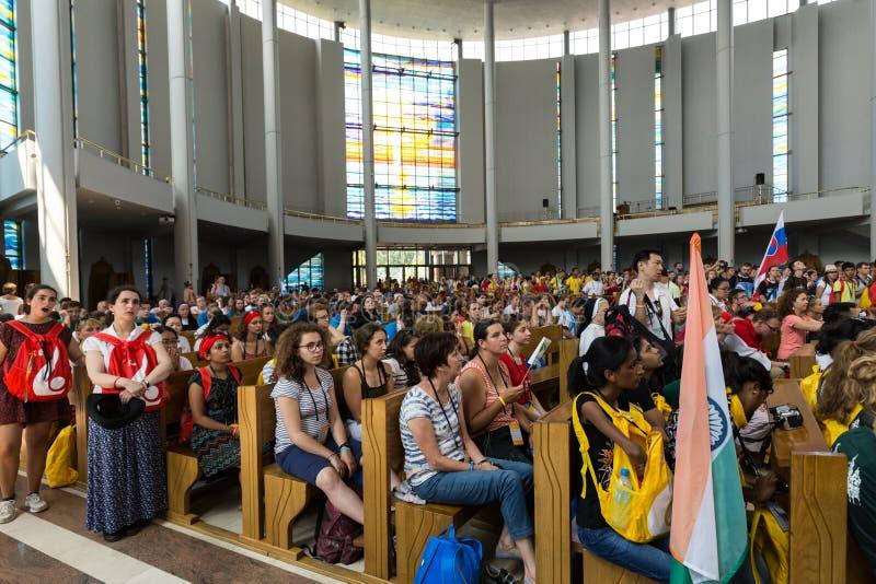 Dia de juventude de mundo 2016 - multidão de peregrinos dentro do santuário da mercê divina em Lagiewniki imagens de stock