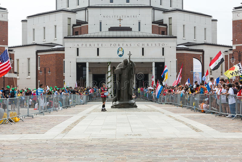 Dia de juventude de mundo 2016 - peregrinos no centro do papa John Paul II Lagiewniki foto de stock royalty free