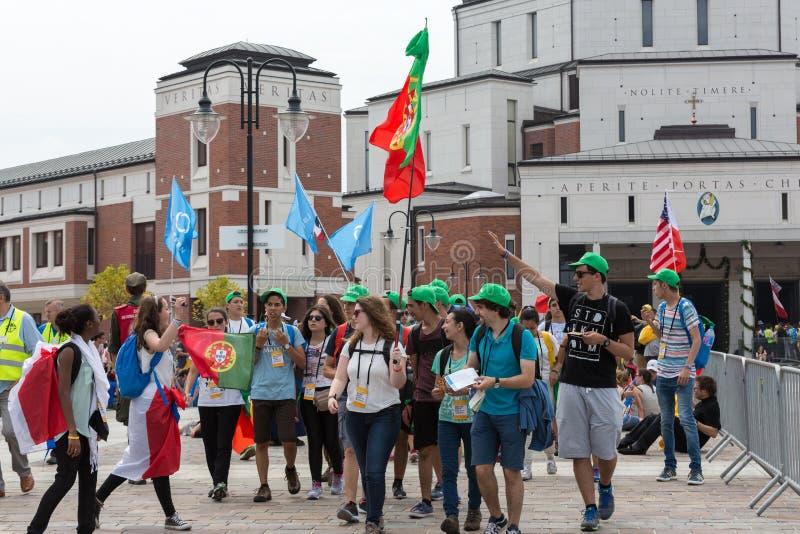 Dia de juventude de mundo 2016 - peregrinos no centro do papa John Paul II Lagiewniki Cracow fotografia de stock