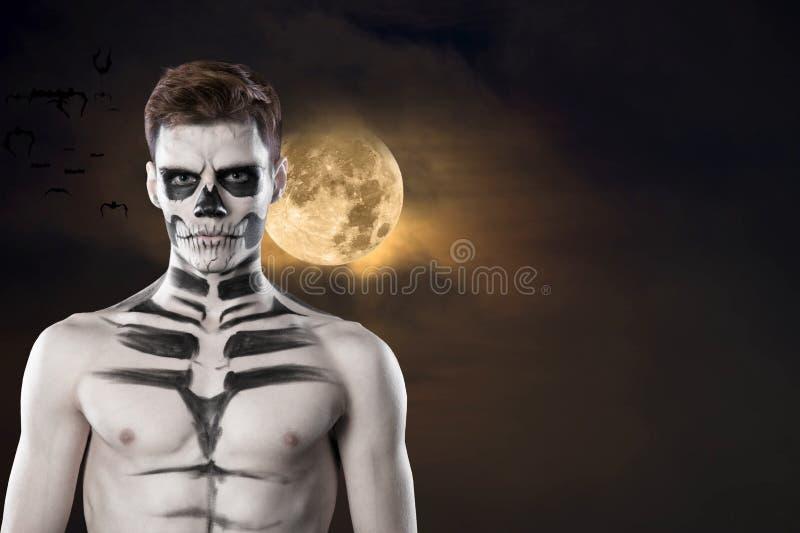 Dia de los Muerto Costume - il giorno dei morti è una festa messicana Qui è un uomo con il fronte del cranio Halloween fotografie stock libere da diritti
