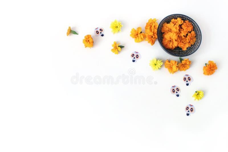 Dia de los Muertos, jour mexicain de composition morte de bureau Tagetes oranges, souci, fleurs de chrysanthème et photographie stock