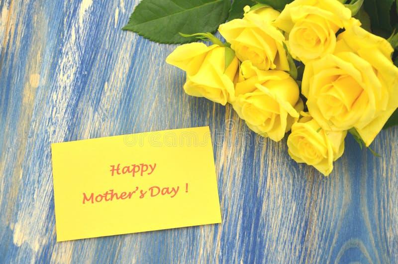 Dia de mães feliz e ramalhete de rosas amarelas lindos fotografia de stock