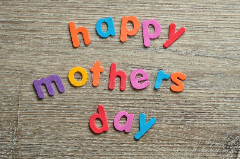 Dia de mães feliz em letras coloridas foto de stock royalty free