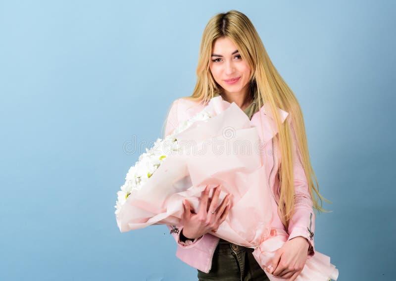 Dia de matrizes Mola e ver?o Florista no florista Presente do feliz aniversario marguerite Mulher bonita com margarida imagem de stock royalty free