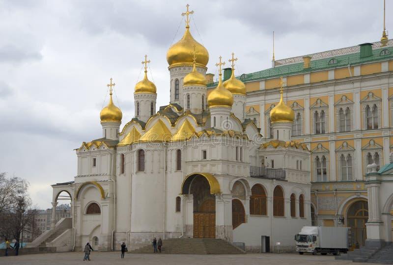 Dia de mola nebuloso da catedral do aviso A Moscovo Kremlin foto de stock
