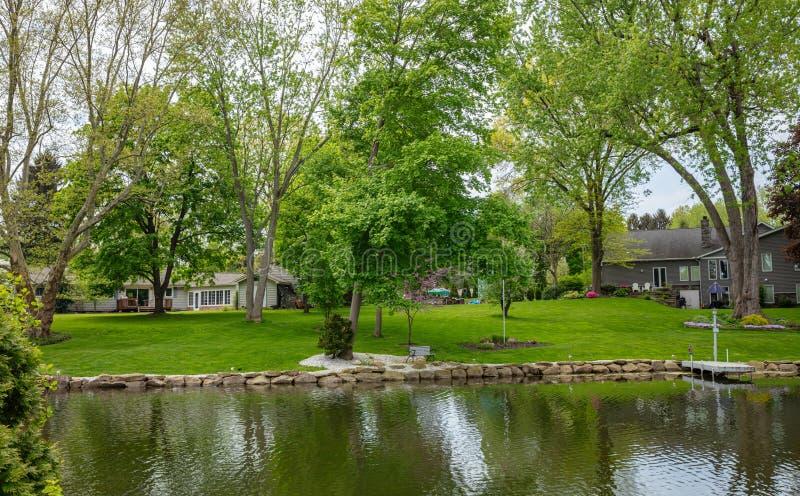 Dia de mola no cantão, Ohio, EUA Casas do feriado, grama verde e árvores fotos de stock royalty free