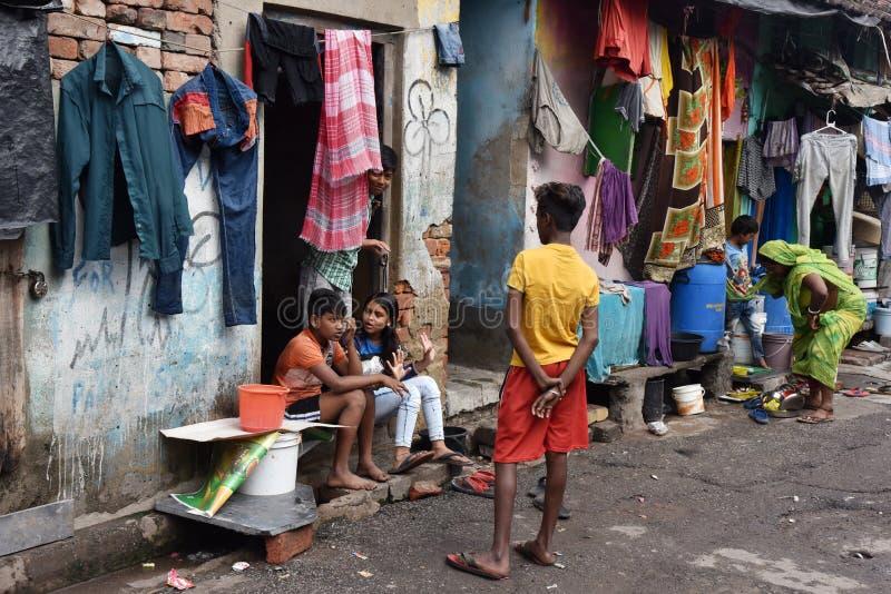 Dia a dia de moradores do precário na cidade de Kolkata imagem de stock
