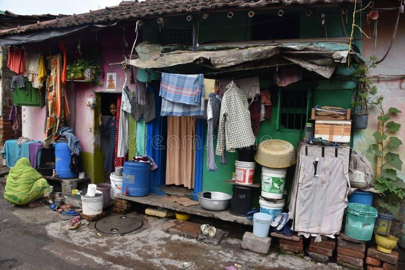 Dia a dia de moradores do precário na cidade de Kolkata imagens de stock royalty free