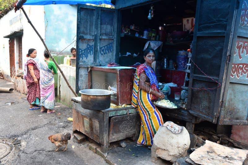Dia a dia de moradores do precário na cidade de Kolkata foto de stock