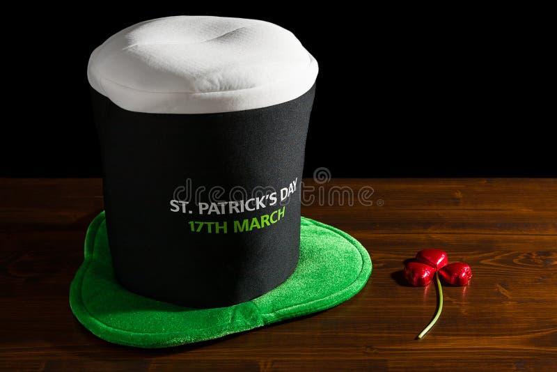 Dia de St Patrick com chapéu e trevo imagens de stock