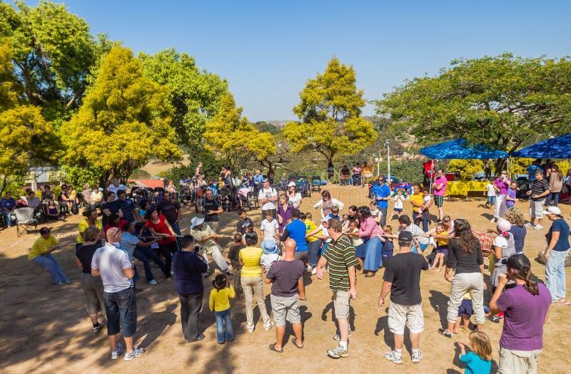 Dia de Tug Of War Rope Sports dos pais das crianças imagens de stock royalty free