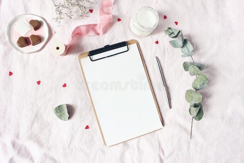 Dia de Valentim, cena do modelo dos artigos de papelaria do casamento Vela, corações de papel confetes, chocolate, ramo do eucali fotos de stock royalty free