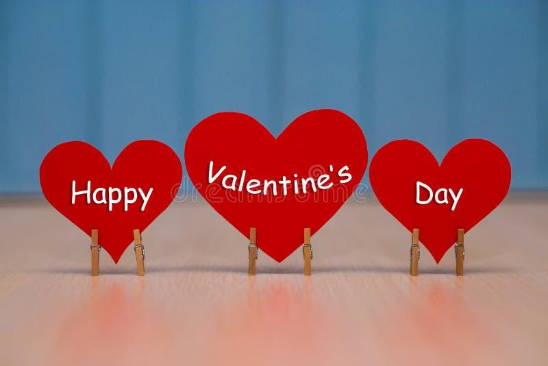 Dia de Valentim feliz com coração de papel vermelho imagens de stock royalty free