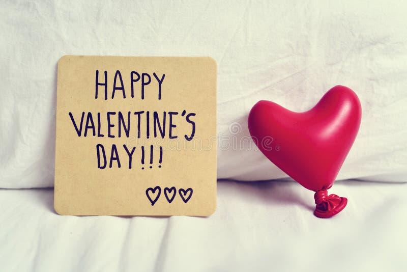 Dia de Valentim feliz do texto em uma nota foto de stock royalty free