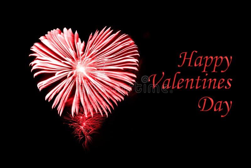 Dia de Valentim feliz, fogos-de-artifício vermelhos na forma de um coração imagens de stock