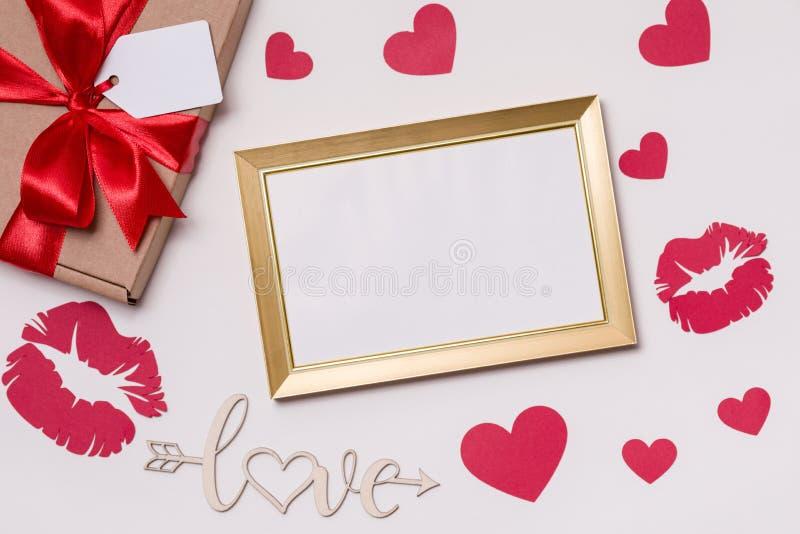 Dia de Valentim, quadro vazio, fundo branco, presente, rosas vermelhas, corações, amor, espaço do texto da cópia gratuita foto de stock royalty free
