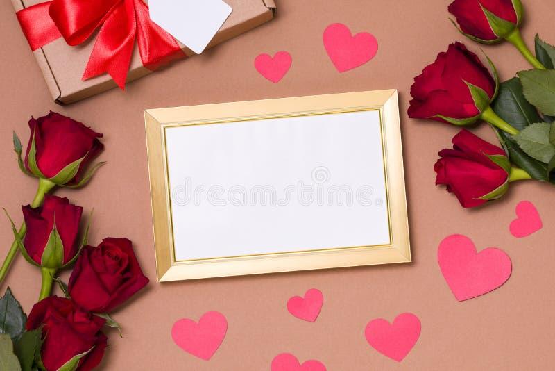 Dia de Valentim, quadro vazio, fundo nude, presente, rosas vermelhas, corações, mensagem, espaço do texto da cópia gratuita fotos de stock royalty free