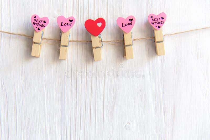 Dia de Valentineâs Os corações costurados enfileiram a beira em vermelho e em cor-de-rosa em pranchas de madeira brancas rústicas fotografia de stock