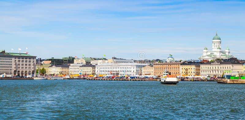 Dia de verão, arquitetura da cidade de Helsínquia Cais central imagem de stock royalty free