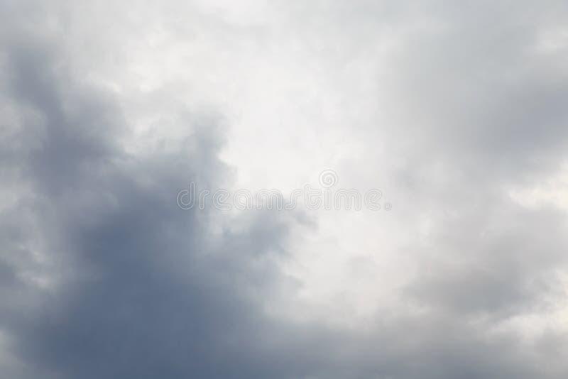 Dia de verão chuvoso nebuloso imagem de stock